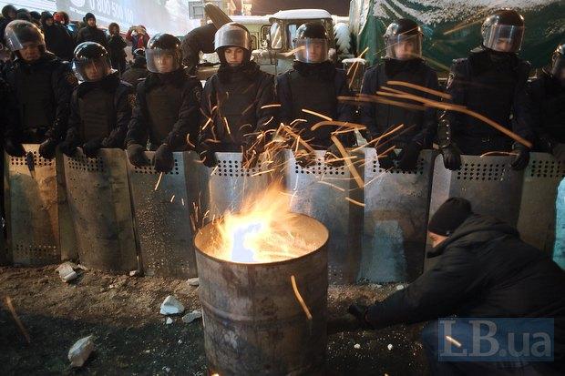 Митингующие пытались обогреть милиционеров, предвигая к ним бочку с горящими поленьями