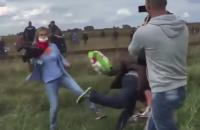 Венгерской журналистке предъявили обвинение за подножку беженцу