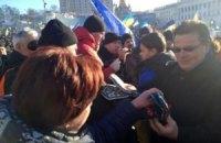 Глава МИД Литвы принес митингующим на Майдан варежки