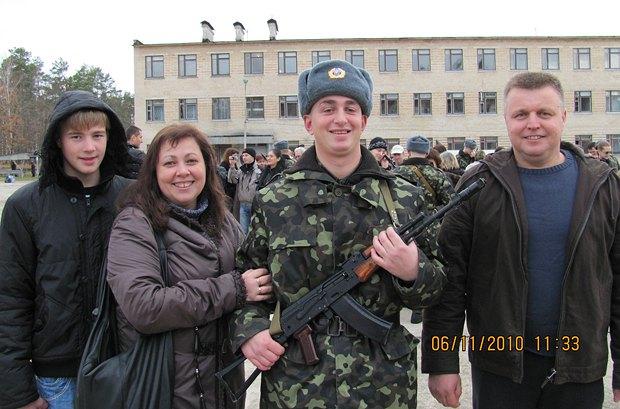 Євген Яцина з рідними під час служби в армії