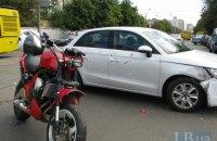 Мотоциклист врезался в Audi на перекрестке возле Дарницкого вокзала в Киеве