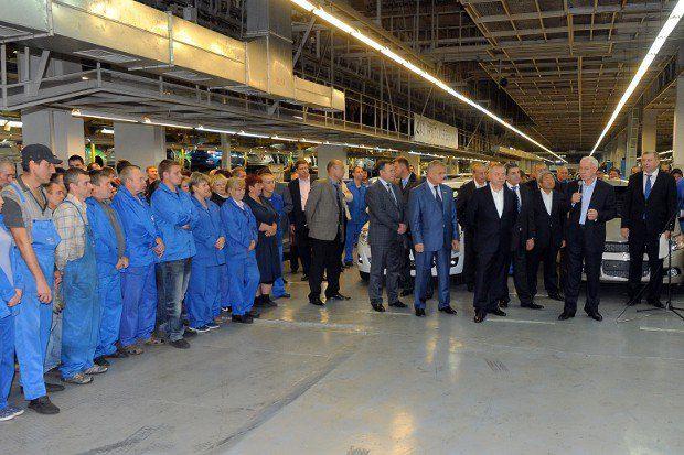 Работники заводов зарабатывают столько, сколько сказал Азаров. Спорить бесполезно
