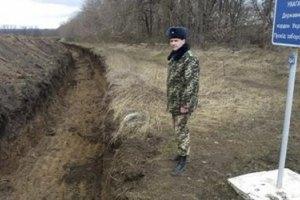 На границе с Россией вырыли 70 км траншей и установили противотанковые ежи