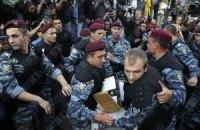 """""""Беркут"""" силой отобрал у людей футболки с принтом """"Спасибо жителям Донбасса"""" (добавлены фото)"""