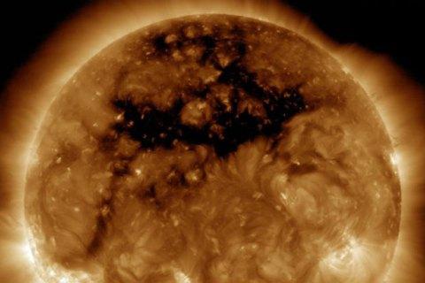 NASA показала гигантскую дыру на Солнце
