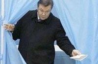 Янукович вновь голосовал без семьи