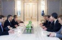 Янукович пообещал американским сенаторам не разгонять Майдан