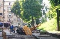 У Золотых ворот в Киеве провалился под землю экскаватор