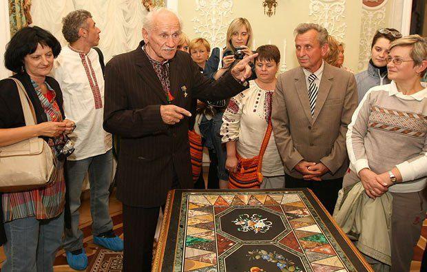Борис Возницький проводить екскурсію в палаці в Батурині