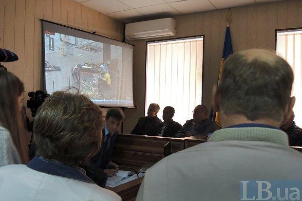 Родители Романа Вареницы просматривают видео во время заседания