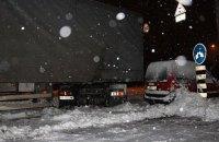 В трех западных областях ограничили движение из-за снегопада