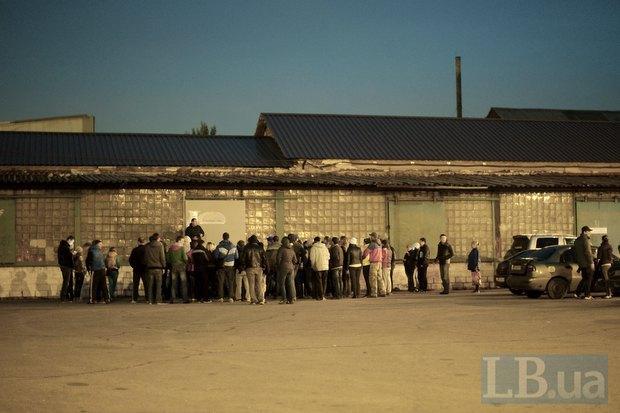 В одном из районов Мариуполя корреспонденты LB.ua заметили скопление молодых людей, похожих на титушек