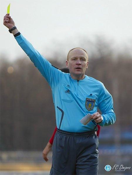 Арбитр Ищенко раздавал желтые карточки не глядя, зато не зaмечал откровенные нарушения правил в штрафной площадке