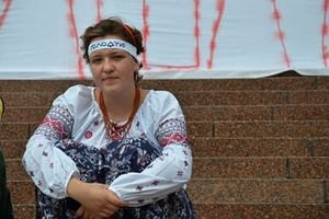 Медики забрали еще одну голодающую под Украинским домом