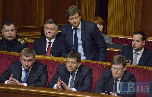Александр Данилюк(присаживается)