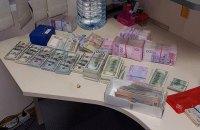 В Днепре при обыске в конвертцентре изъяли $150 тысяч