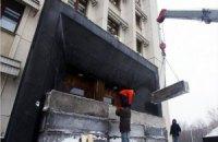 В Одессе входы в ОГА блокируют бетонными блоками