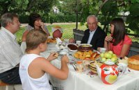 На Винничине Азарова угостили пирожками
