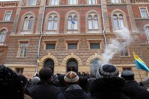 Активисты освободили Черновицкую ОГА и облсовет