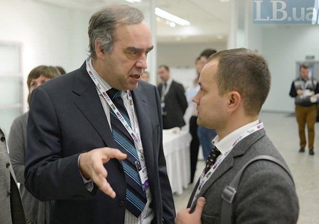 Генеральный директор агентства Интерфакс-Украина Александр Мартыненко (слева)и пресс-секретарь Антикризисного штаба ДТЭК Антон Ковалишин