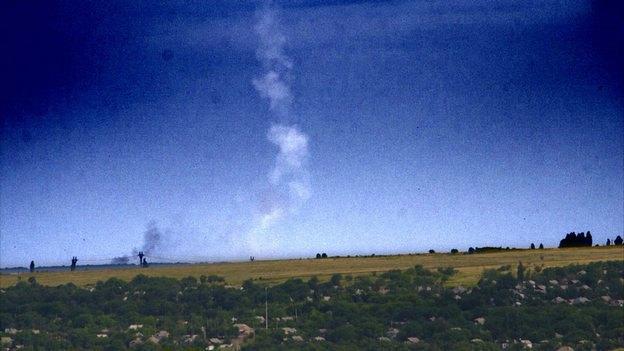 Шлейф дыма от ракеты, сбившей MH17