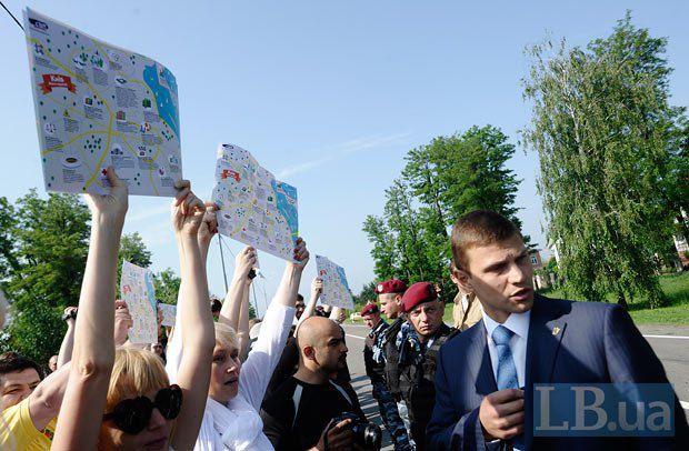 Акция общественного движения «Стоп цензуре!» в Межигорье. Журналисты демонстрировали Президенту коррупционную карту Киева