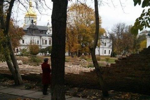 Біля стін Софії Київської провалився ґрунт