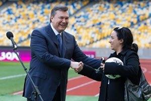 Янукович подарил французской журналистке футбольный мяч