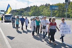 Колонна врачей пешком пришла из Ромен на акцию протеста у Кабмина