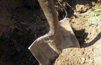 Уральские власти отправили должников копать могилы
