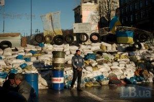 """""""Жители Киева"""" под прикрытием милиции собрались разбирать баррикады на Майдане"""