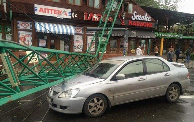 ВОдессе строительный кран упал накрышу ресторана имашину