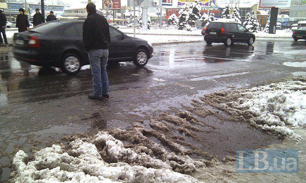 Любимая часть всех киевских пешеходов - огромные лужи на переходах, которые нужно обходить за тридевять земель. А светофор горит зеленым не вечно