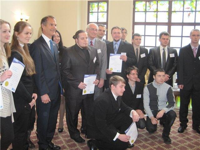 Церемония награждения премиями «Делкам» 14 февраля 2013 года. Павел Лапшин крайний справа