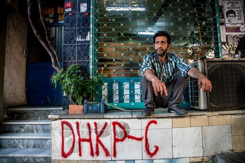 В районе Окмейдани стены домов исписаны названиями и лозунгами левых партий, а также призывами к бунту.