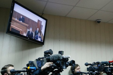 Прокуратура: Вдень расстрела Евромайдана Янукович созванивался сМедведчуком
