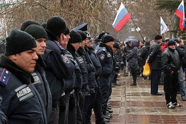 Пророссийский митинг в Симферополе. Вскоре у этих милиционеров будет другая форма, другие зарплаты, а кое у кого - и другая жизнь