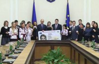 Первые 20 украинцев получили пластиковые паспорта