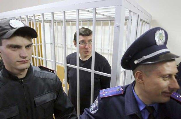 Даже в крохотной клетке Юрий Луценко продолжает отстаивать свои права