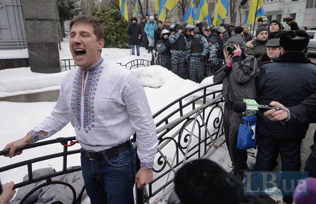 Активисты приковали себя велосипедными замками к ограде