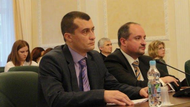 Судья Владимир Бугиль, его фирменное кислое выражение лица и адвокат Ростислав Кравец