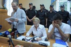 Тимошенко защищается политическим путем, - Янукович
