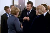 """Янукович пожаловался Меркель на """"очень сильную Россию"""""""