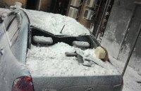 В центре Киева глыба снега разбила припаркованный автомобиль