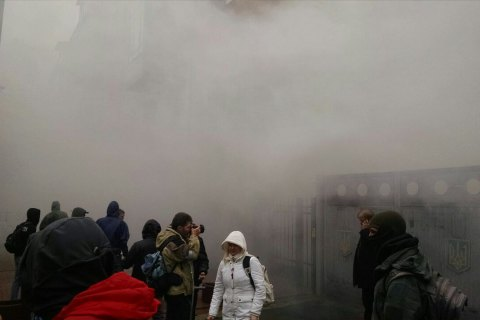 Националисты забросали здание Россотрудничества в Киеве дымовыми шашками (обновлено)