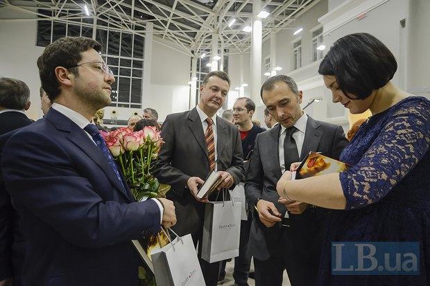 Соня Кошкина подписывает книгу для главы Ощадбанка Андрея Пышного