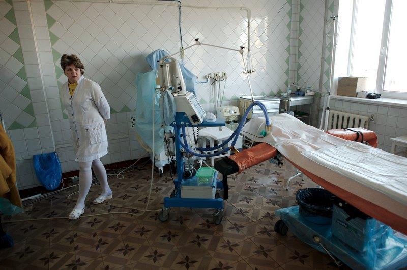Центр підтримки материнства у Краматорську. Аня, операційна медсестра, показує обладнання пологової зали
