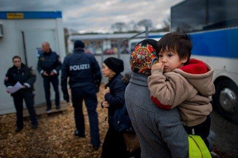 В Германии беженцы помогли попавшему в ДТП лидеру неонацистов