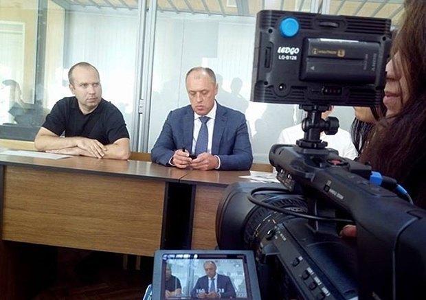 Мамай (справа) під час слухання у справі колишнього свого заступника Трихна, якого судять за спробу дати судді хабара, у Київському суді Полтави, 26 травня 2016 року