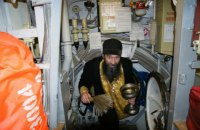 Священник пожаловался на нехватку крестиков на российском авианосце